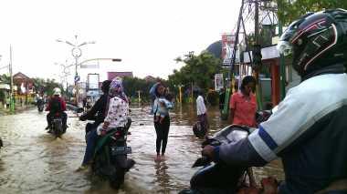 Banjir Meluas, Jalan Menuju Kota Sampang Ditutup