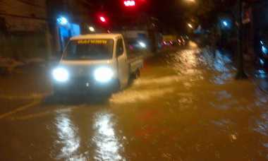 Bantu Korban Banjir Sampang, Kemensos Terjunkan Dapur Umum Mobile