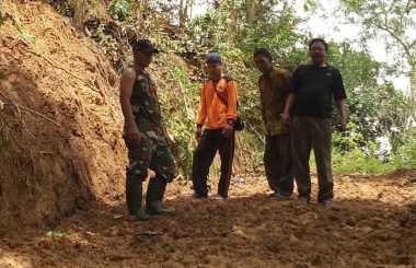 Tebing Setinggi 5 Meter Longsor Memutus Akses Jalan
