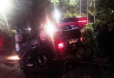 Mobil Sedan Terbalik di Kuningan, Lalin Arah Menteng Macet