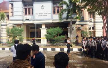 Detik-Detik Demonstran Bakar Gedung DPRD Gowa