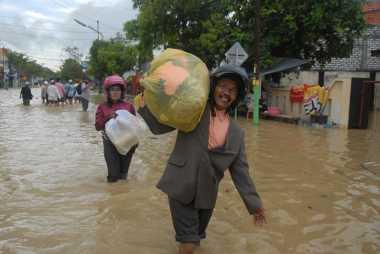 Terseret Banjir, Warga Sampang Tangkap Ular Sanca