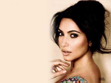 Kim Kardashian Oles Foundation Sampai ke Belakang Leher!