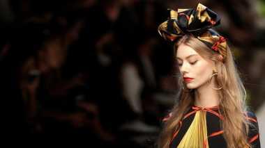 Unik : Dolce & Gabbana Sematkan Makanan di Atas Kepala Model!