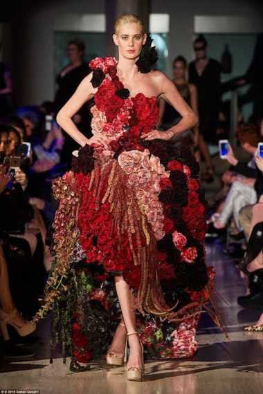 Unik : Gaun Ini Terbuat dari Ratusan Bunga Mawar Asli!