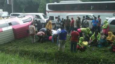 Antar Bantuan untuk Korban Banjir Garut, Minibus Rombongan Guru TK Terbalik