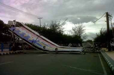 Diterjang Angin, Baliho Raksasa Roboh Tutupi Jalan
