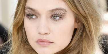 Tren Make-Up Glitter Hingga Eyeshadow Berwarna, Dandanan Nyentrik di Milan Fashion Week 2017