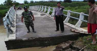Hujan Deras, Jembatan Penghubung Dua Kecamatan di Demak Ambrol