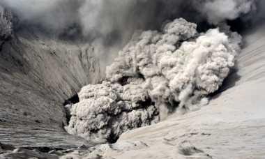 Abu Tipis Keluar dari Kawah Bromo Sejak Dini Hari
