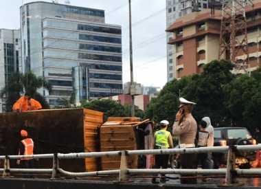 Truk Bermuatan Kardus Terguling di Tol, Pancoran Arah Semanggi Macet