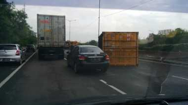 Truk Kontainer Terbalik di Tol JORR Arah Tanjung Priok