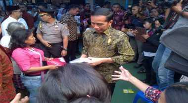 Anak Sekolah Korban Banjir Bandang Garut Sambut Presiden Jokowi