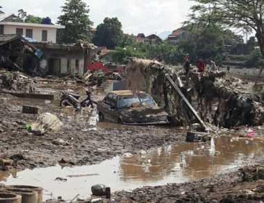 Hilangkan Jenuh, Anak-Anak Korban Banjir Garut Main Perkusi