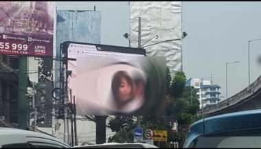 Lokasi Papan Reklame Bokep Dipasangi Garis Polisi