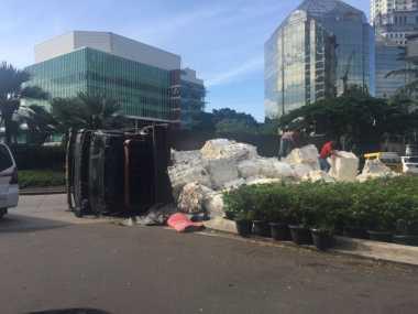 Truk Bermuatan Plastik Terguling di Bundarang Lippo Karawaci