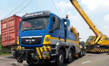Evakuasi Truk Terguling di KM 61 Tol Cikampek, 'Ekor' Macet Sudah Mencapai KM 13