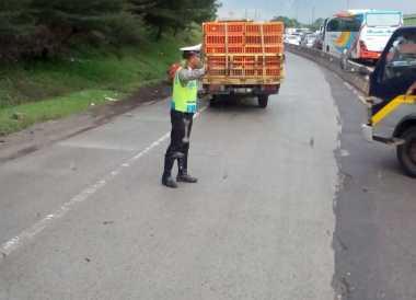 Evakuasi Truk Kecelakaan di Cikampek, Polisi Berlakukan Sistem Buka Tutup di Tol Cikunir
