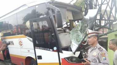 Sopir Asyik Main Handphone, Bus Harapan Jaya Tabrak Rumah dan Masjid
