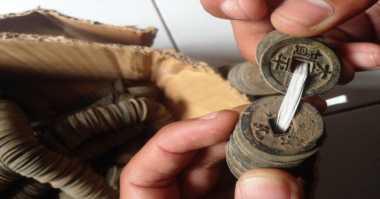 Ribuan Keping Uang Kuno Ditemukan di Halaman Rumah Warga