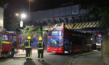 Bus Tabrak Jembatan di London, Lima Orang Dilarikan ke Rumah Sakit