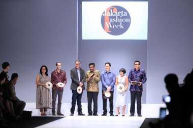 Tepukan Genderang Resmi Membuka Jakarta Fashion Week 2017