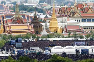 Kenang Raja Bhumibol, Warga Thailand Nyanyikan Lagu Tema Kerajaan
