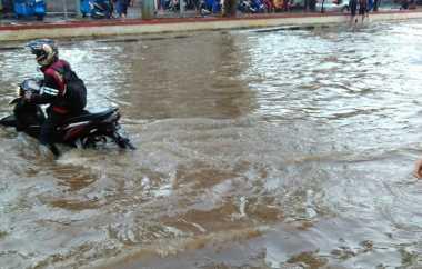 Nekat Menembus Banjir, Sejumlah Motor Mogok di Tangerang