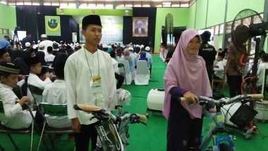 Berhasil Jawab Kuis, Dua Santri Dihadiahkan Sepeda oleh Jokowi