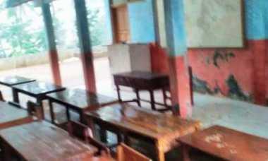 Ratusan Siswa SD Belajar di Garasi Sekolah
