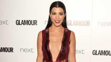 Kim Absen, Kini Giliran Kourtney Kardashian yang Pamer Belahan Dada
