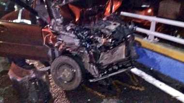 Mobil Daihatsu Hantam Pembatas Jalan di Tol Angke