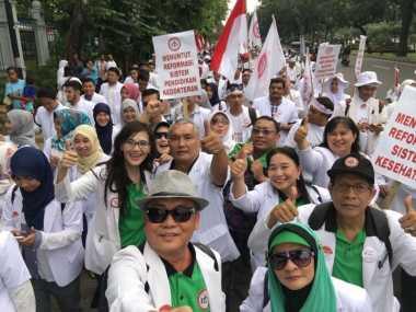 Foto-Foto Aksi Demo Dokter, Kenakan Topi Fedora hingga Kacamata Hitam