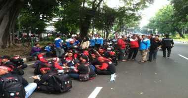 Rehat Berdemo, Massa Buruh Santap Siang di Bawah Pohon Rindang