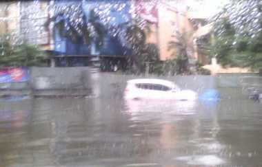 Jalan Alam Sutera Arah Serpong Banjir, Lalin Macet Parah