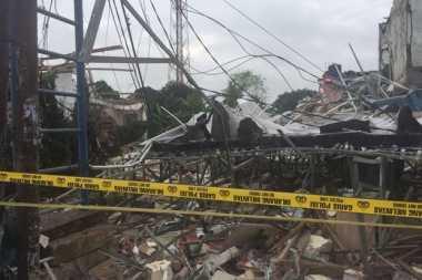 Puslabfor Angkut Regulator Elpiji dari Lokasi Ledakan di Bekasi