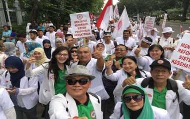 Ratusan Dokter Demo Tuntut Turunkan Biaya Pendidikan Kedokteran