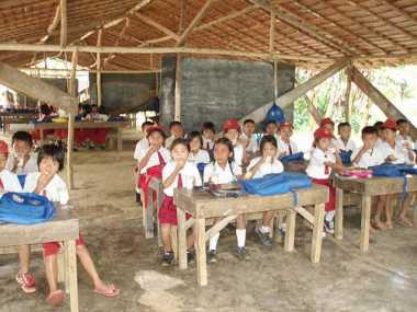 Tak Ada Ruang Kelas, Puluhan Siswa Ini Belajar di Tenda