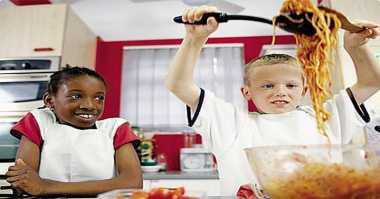 Intip Serunya Chef Chandra Yudaswara Ajak Anak Masak Pasta