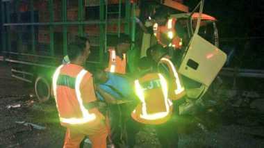 Truk Tabrak Pembatas Jalan Tol, Sopir Dievakuasi