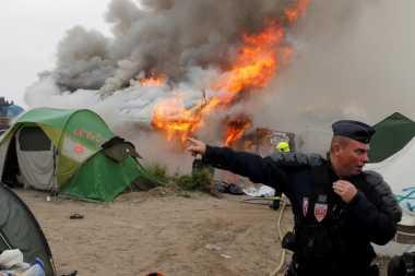 Diduga Picu Kebakaran Kamp Calais, Empat Imigran Ditangkap
