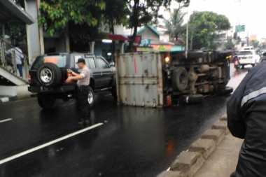 Truk Terguling di Jalan Daan Mogot Dekat Mapolsek Kalideres