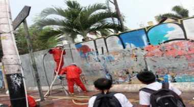 Aksi Turis Jepang Bersihkan Coretan Vandalisme di Kota Pelajar