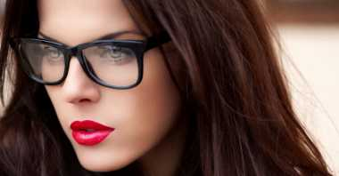 Wanita Berkacamata, Ini Trik Merawat Kecantikan Wajah yang Perlu Dilakukan