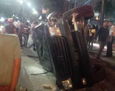 Mobil Land Cruiser Tabrak Lampu Penerangan Jalan Hingga Terbalik