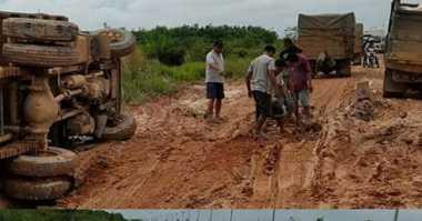"""Jalan Trans Kalteng Jadi """"Bubur"""", Banyak Truk Terbalik"""