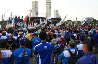 Tuntut Kenaikan Upah, Ribuah Buruh Kepung Kantor Gubernur Banten