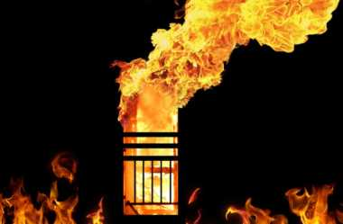 Rumah Pensiunan Guru Terbakar, 8 Mobil Damkar Diturunkan