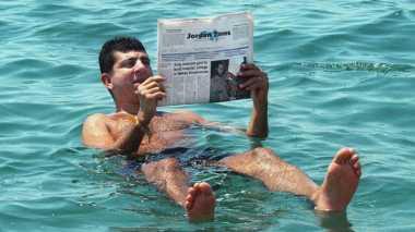TOP TRAVEL: Asyiknya Berenang Tanpa Khawatir Tenggelam di Laut Mati