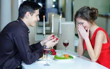 Pacar Tiba-Tiba Jadi Romantis, Selamat! Siap-Siap Dilamar Ya